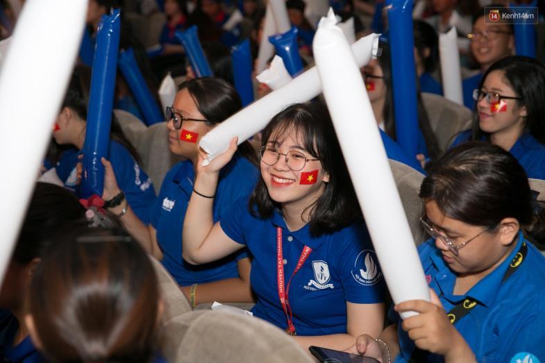 """Hoàng Yến Chibi cùng hàng ngàn sinh viên cuồng nhiệt với đêm chung kết """"rực lửa"""" của giải Bóng đá Tài chính - Ảnh 12."""
