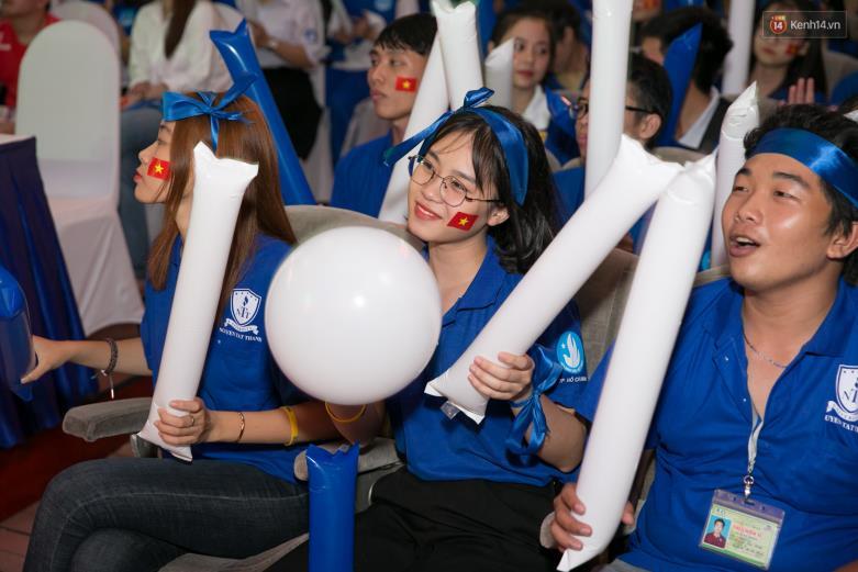 """Hoàng Yến Chibi cùng hàng ngàn sinh viên cuồng nhiệt với đêm chung kết """"rực lửa"""" của giải Bóng đá Tài chính - Ảnh 13."""
