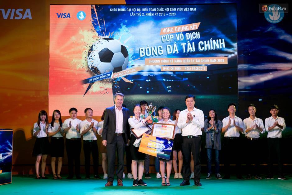 """Hoàng Yến Chibi cùng hàng ngàn sinh viên cuồng nhiệt với đêm chung kết """"rực lửa"""" của giải Bóng đá Tài chính - Ảnh 14."""