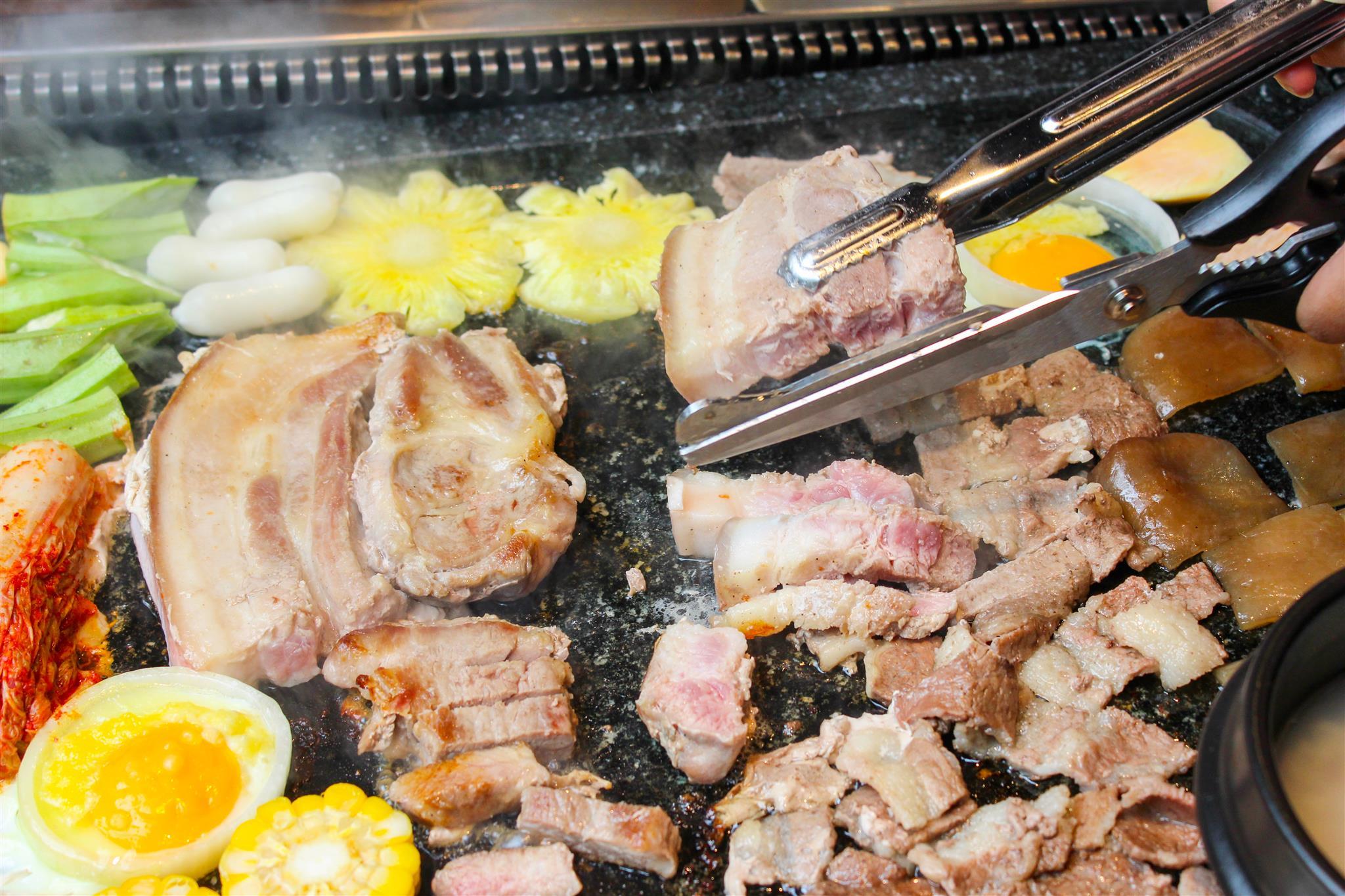 Thưởng thức buffet thịt nướng bàn đá độc đáo từ Hàn Quốc - Ảnh 3.