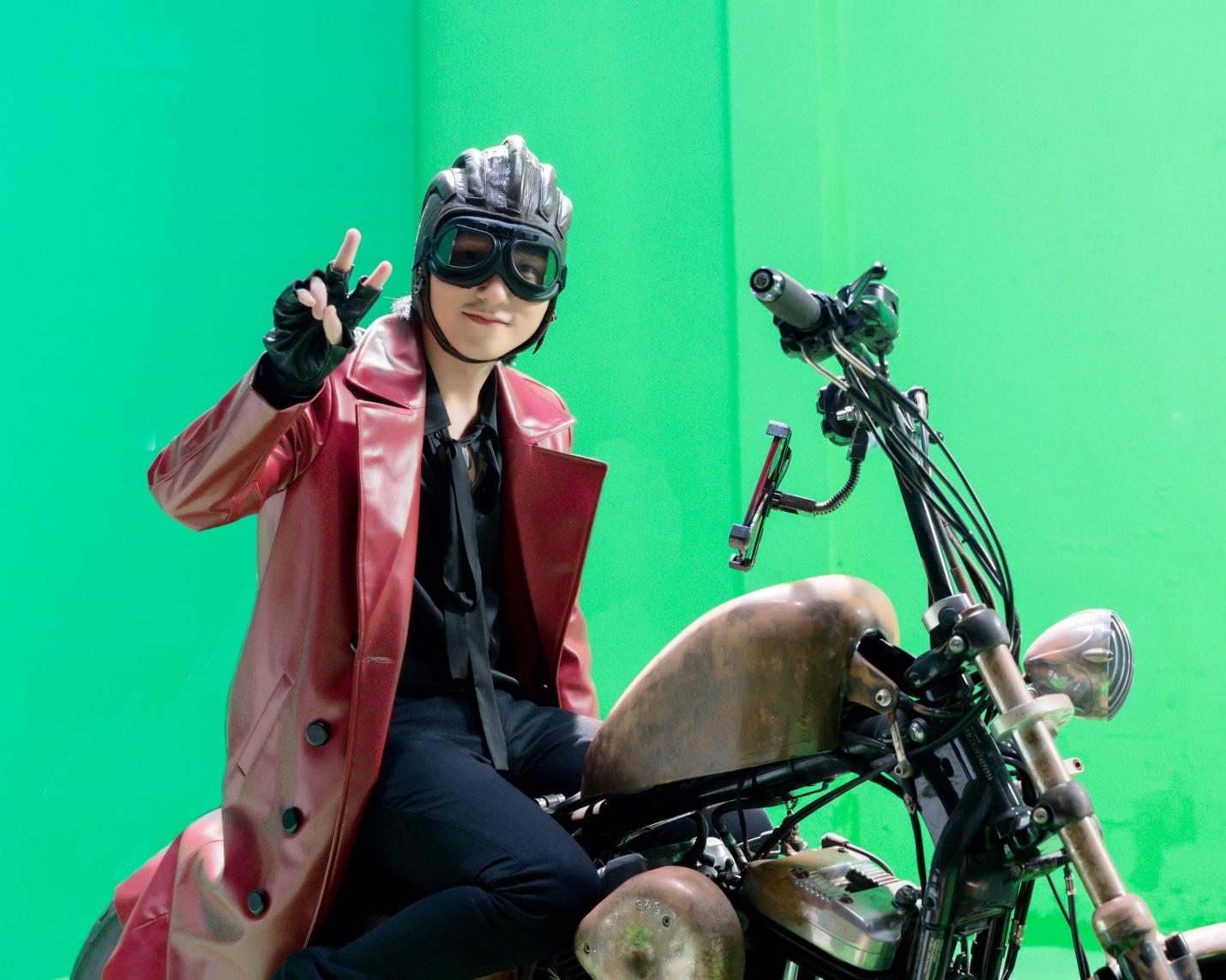 """Những hình ảnh hậu trường cực ngầu của Sơn Tùng khi nhập vai """"quái xế mô-tô"""" - Ảnh 6."""