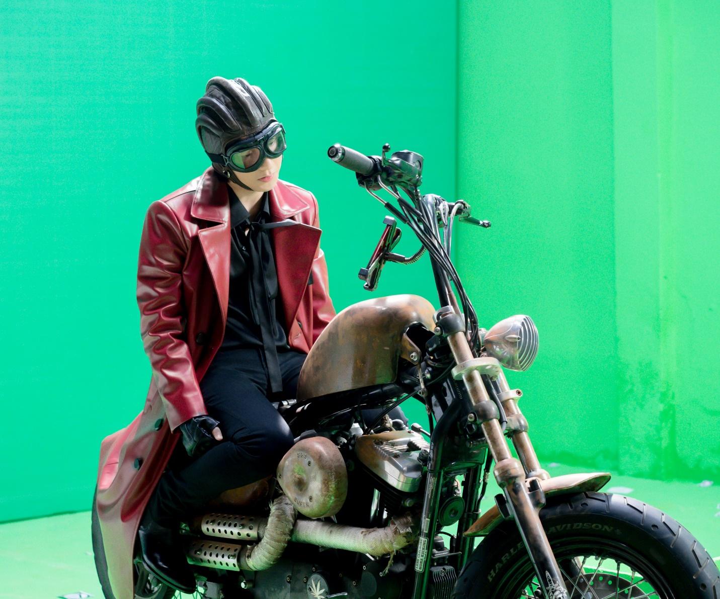 """Những hình ảnh hậu trường cực ngầu của Sơn Tùng khi nhập vai """"quái xế mô-tô"""" - Ảnh 9."""