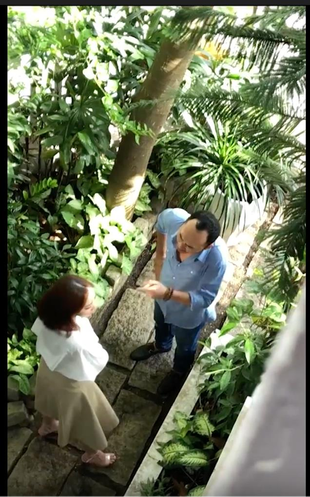 Ảnh chụp từ clip cho thấy Tiến Luật đang chỉ tay vào mặt vợ quát tháo