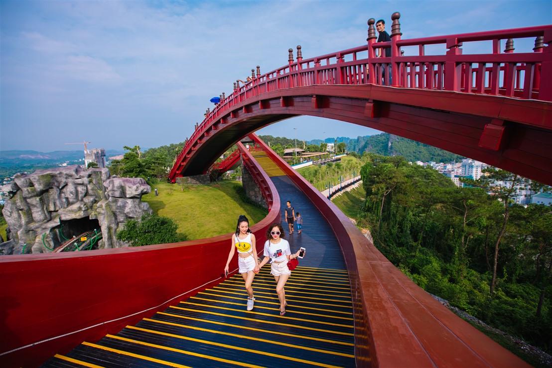 Sau cầu Vàng Đà Nẵng, cầu Koi Hạ Long đang được rầm rộ check in - Ảnh 2.