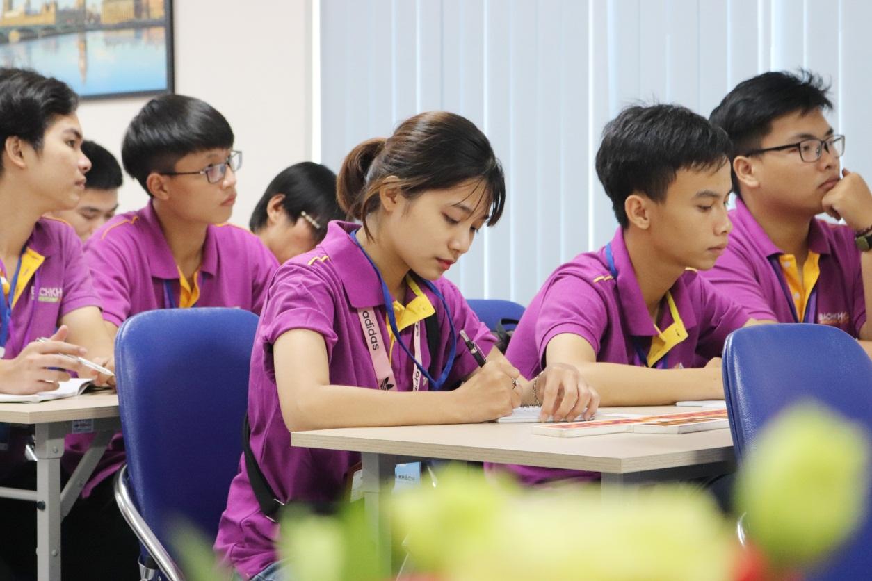 Sinh viên chọn học song song giải quyết nỗi lo thất nghiệp khi ra trường - Ảnh 1.