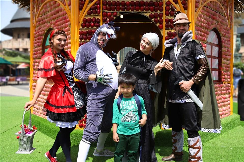 Đến xứ sở Cầu Vàng gặp cô bé quàng khăn đỏ và chàng Aladin tốt bụng - Ảnh 1.