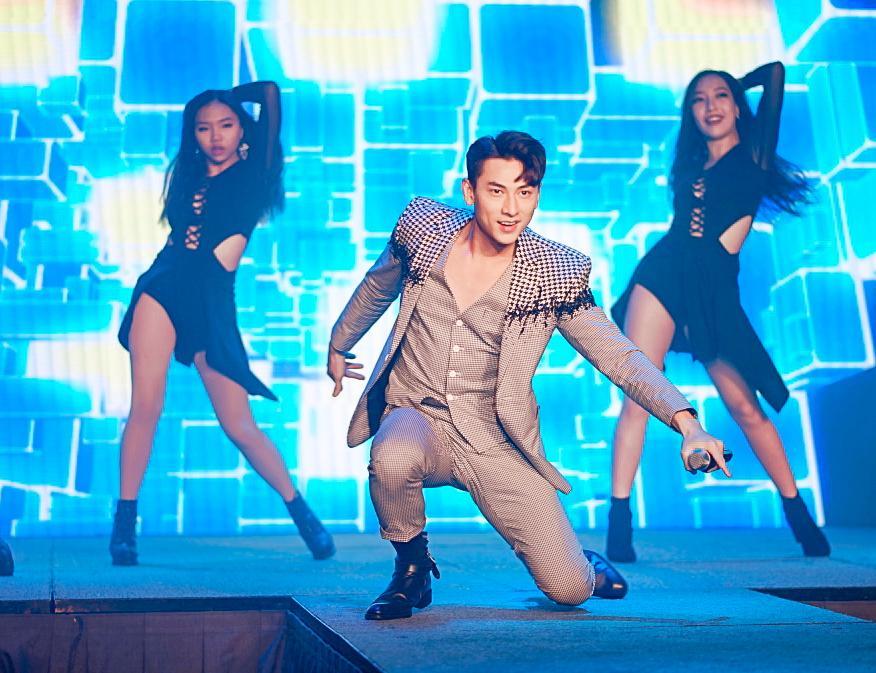 HH Ngọc Hân say sưa cổ vũ màn trình diễn cực sung của Isaac trên sân khấu Hà thành - Ảnh 1.