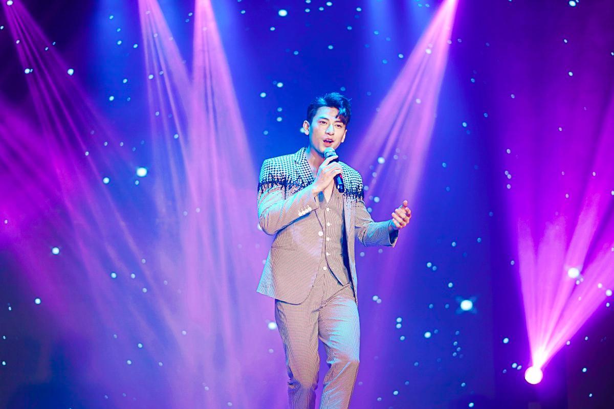 HH Ngọc Hân say sưa cổ vũ màn trình diễn cực sung của Isaac trên sân khấu Hà thành - Ảnh 2.