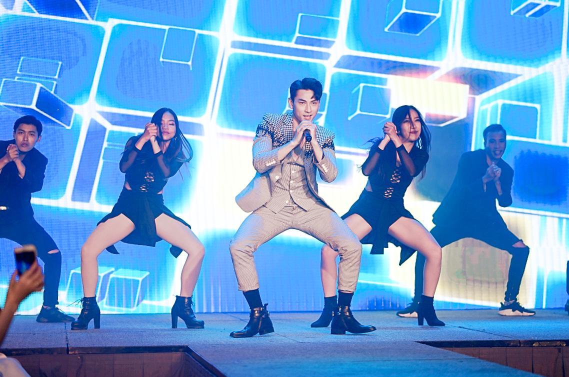 HH Ngọc Hân say sưa cổ vũ màn trình diễn cực sung của Isaac trên sân khấu Hà thành - Ảnh 4.