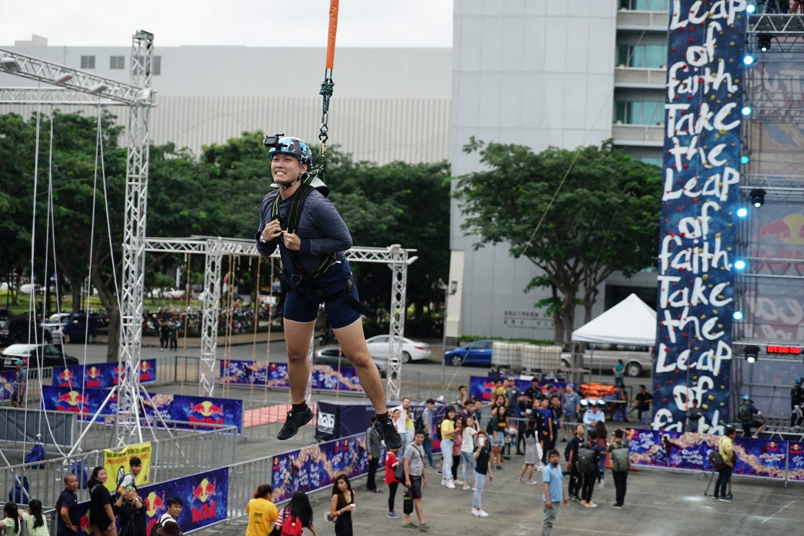 Sao Việt và giới trẻ Sài thành rủ nhau thách thức với zipline mạo hiểm - Ảnh 2.