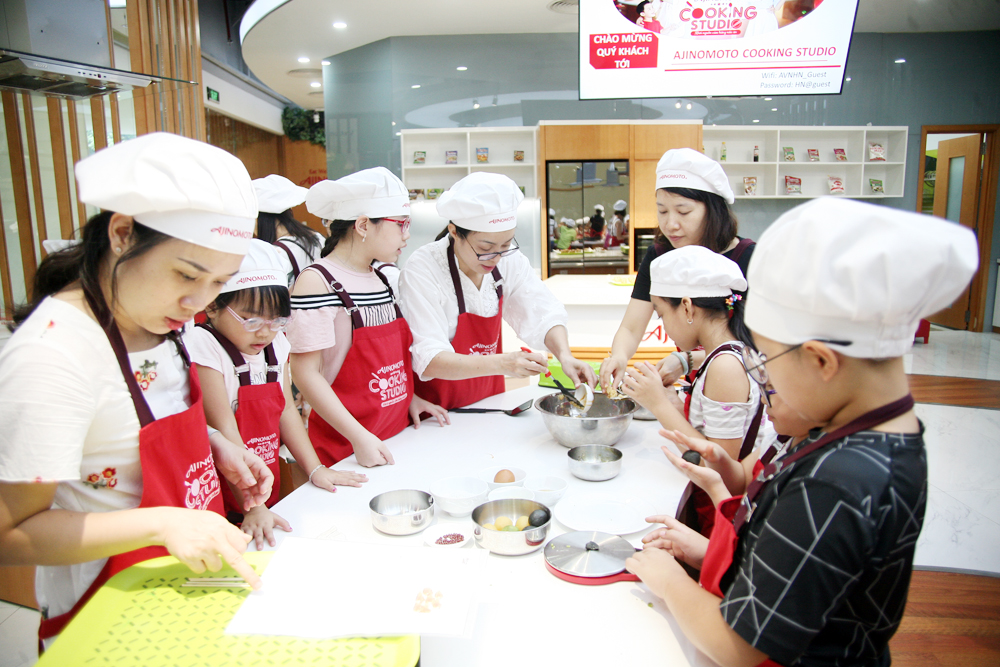 Hà Nội: Các bé cùng bố mẹ trổ tài làm bánh Trung thu hình con vật ngộ nghĩnh cực đáng yêu - Ảnh 1.