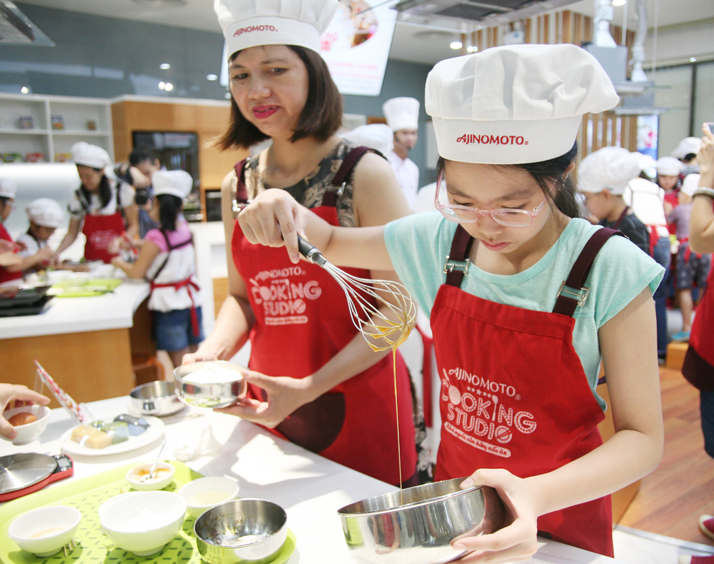 Hà Nội: Các bé cùng bố mẹ trổ tài làm bánh Trung thu hình con vật ngộ nghĩnh cực đáng yêu - Ảnh 3.