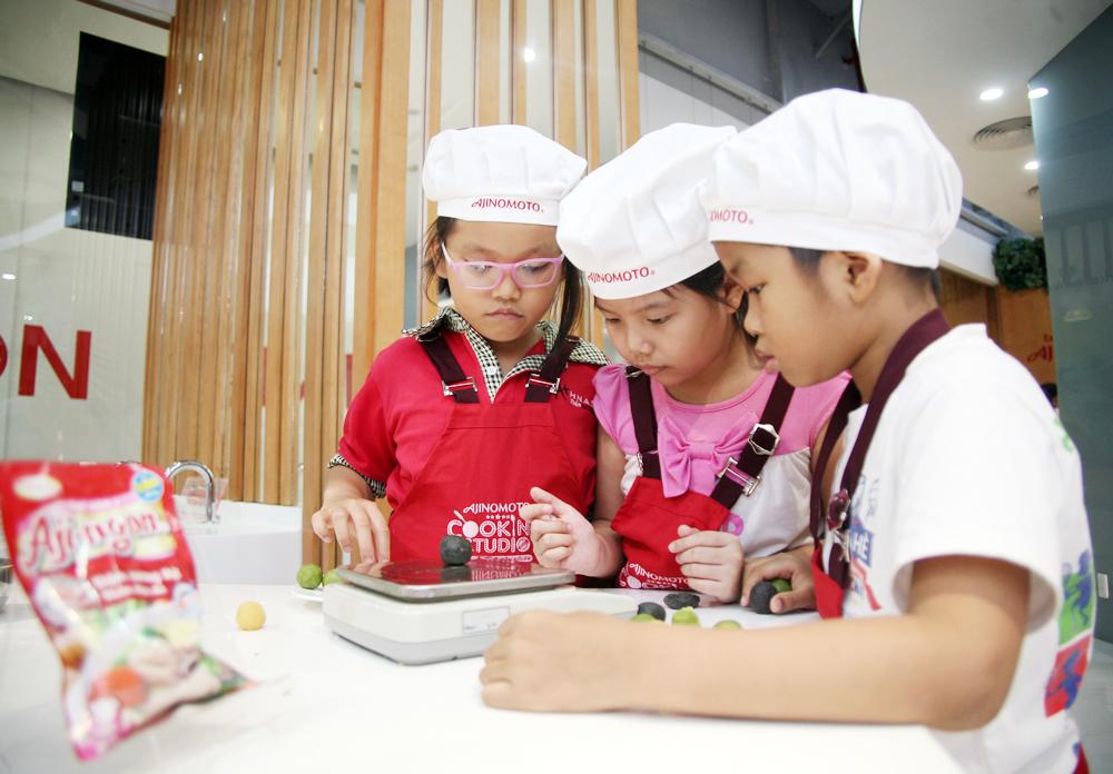 Hà Nội: Các bé cùng bố mẹ trổ tài làm bánh Trung thu hình con vật ngộ nghĩnh cực đáng yêu - Ảnh 4.
