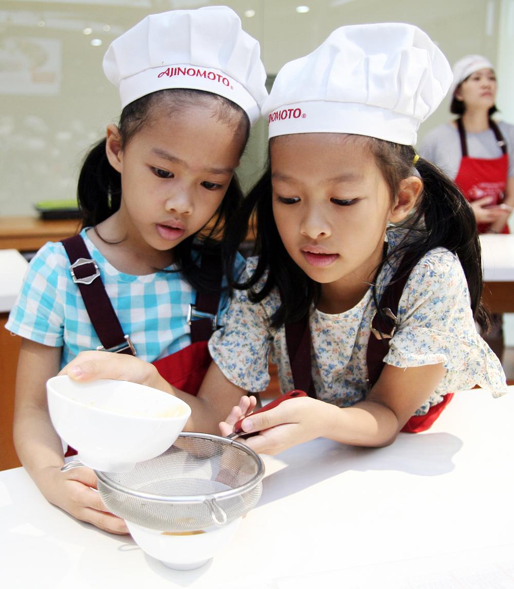 Hà Nội: Các bé cùng bố mẹ trổ tài làm bánh Trung thu hình con vật ngộ nghĩnh cực đáng yêu - Ảnh 7.