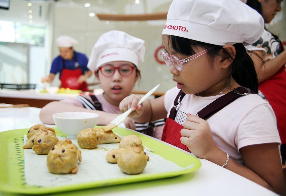 Hà Nội: Các bé cùng bố mẹ trổ tài làm bánh Trung thu hình con vật ngộ nghĩnh cực đáng yêu - Ảnh 8.