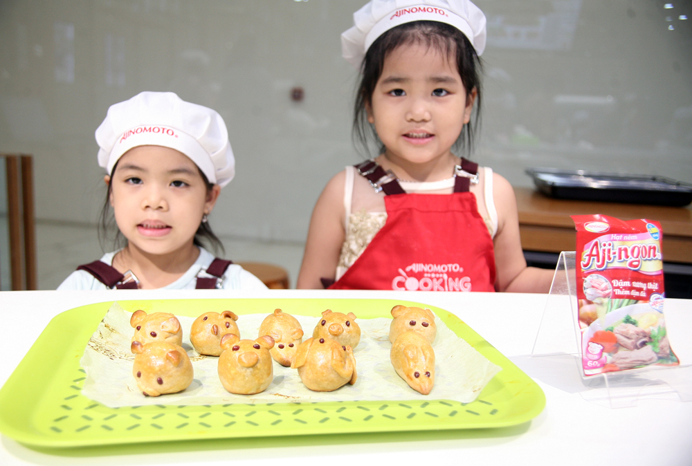 Hà Nội: Các bé cùng bố mẹ trổ tài làm bánh Trung thu hình con vật ngộ nghĩnh cực đáng yêu - Ảnh 10.