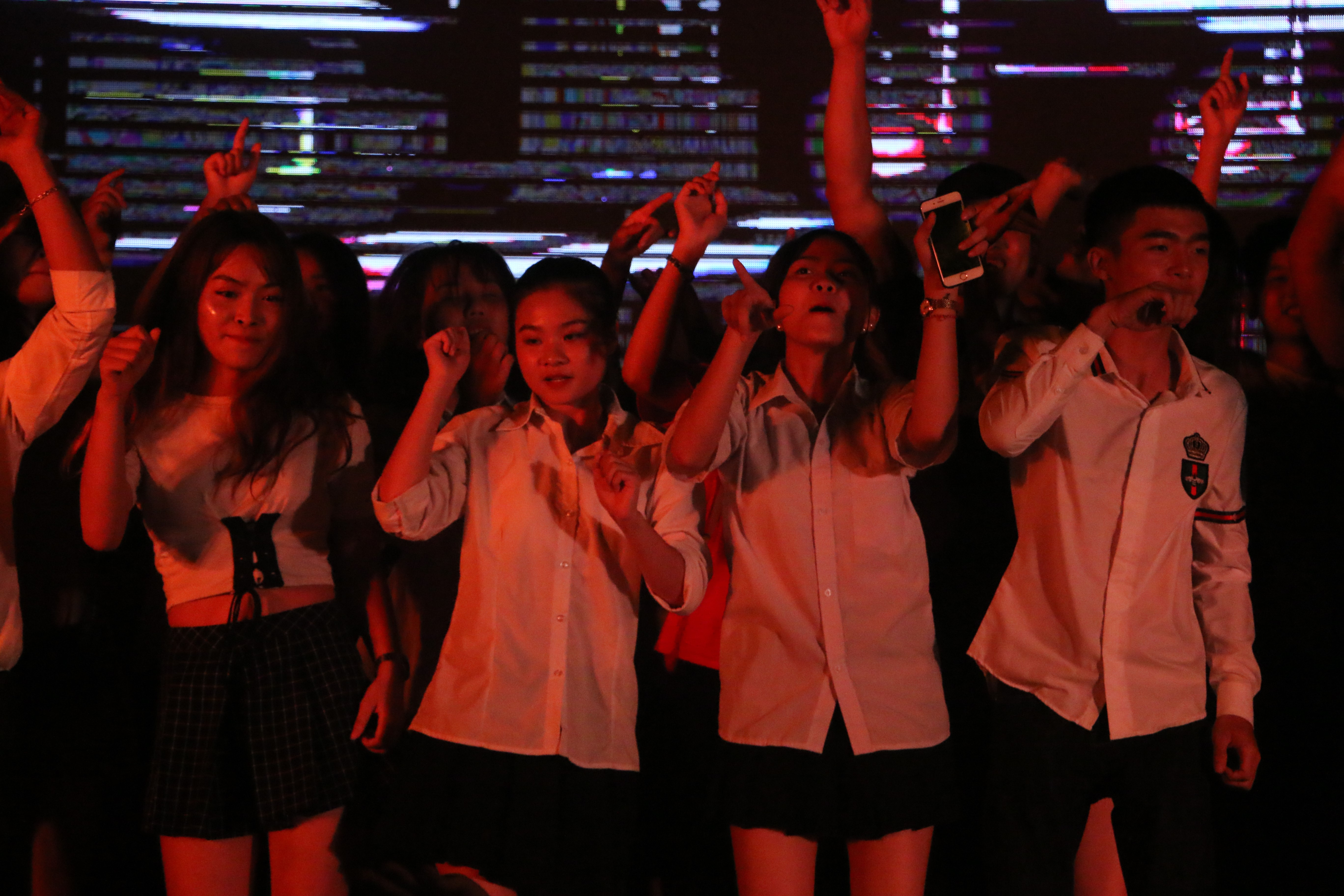 Sinh viên Đại Nam cháy hết mình trong bữa tiệc âm nhạc cùng ca sĩ Min - Ảnh 1.