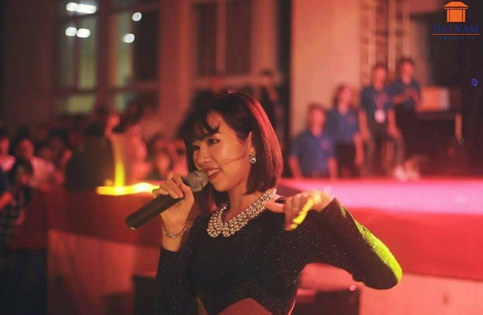 Sinh viên Đại Nam cháy hết mình trong bữa tiệc âm nhạc cùng ca sĩ Min - Ảnh 2.
