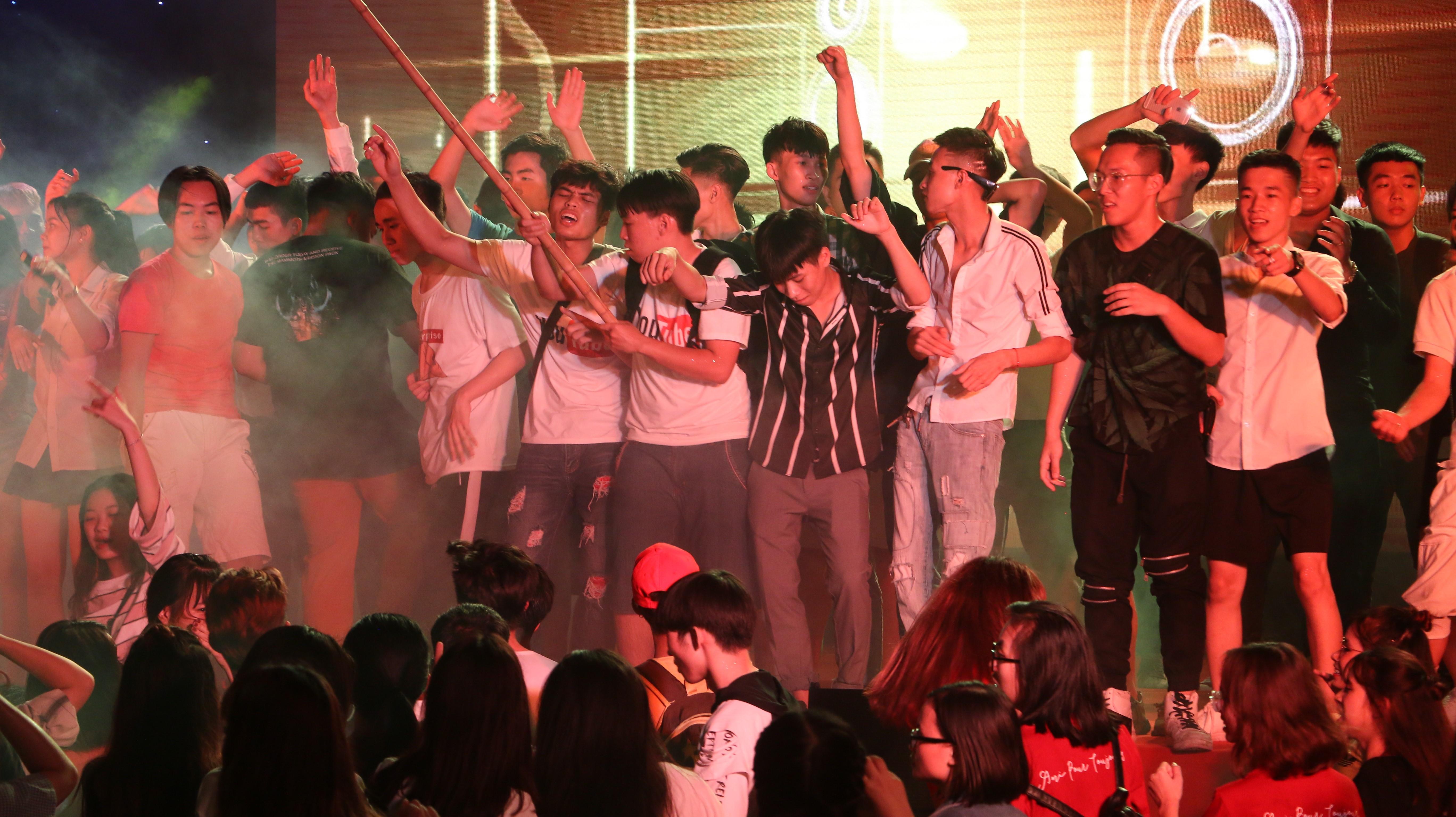 Sinh viên Đại Nam cháy hết mình trong bữa tiệc âm nhạc cùng ca sĩ Min - Ảnh 3.