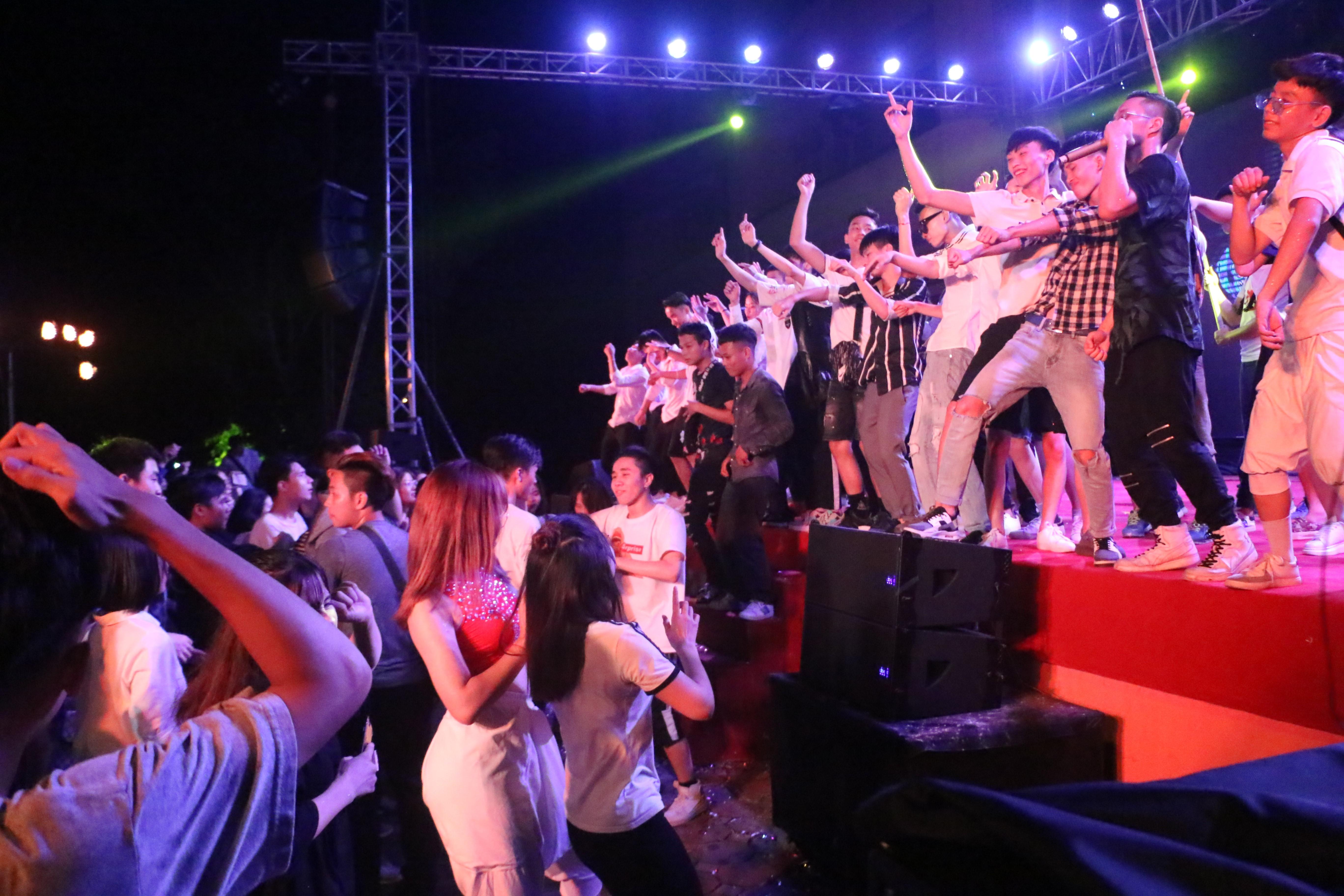 Sinh viên Đại Nam cháy hết mình trong bữa tiệc âm nhạc cùng ca sĩ Min - Ảnh 4.