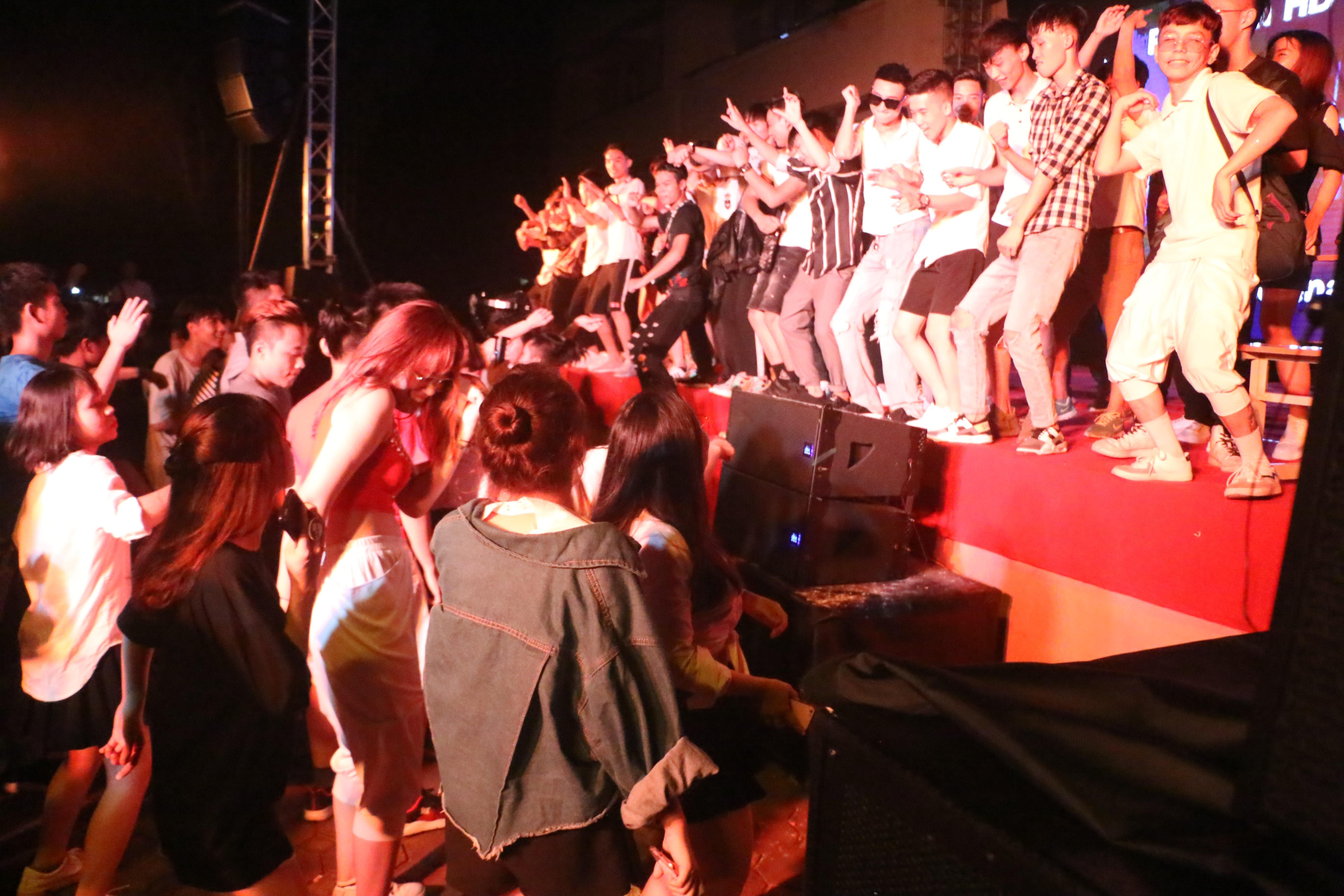 Sinh viên Đại Nam cháy hết mình trong bữa tiệc âm nhạc cùng ca sĩ Min - Ảnh 5.