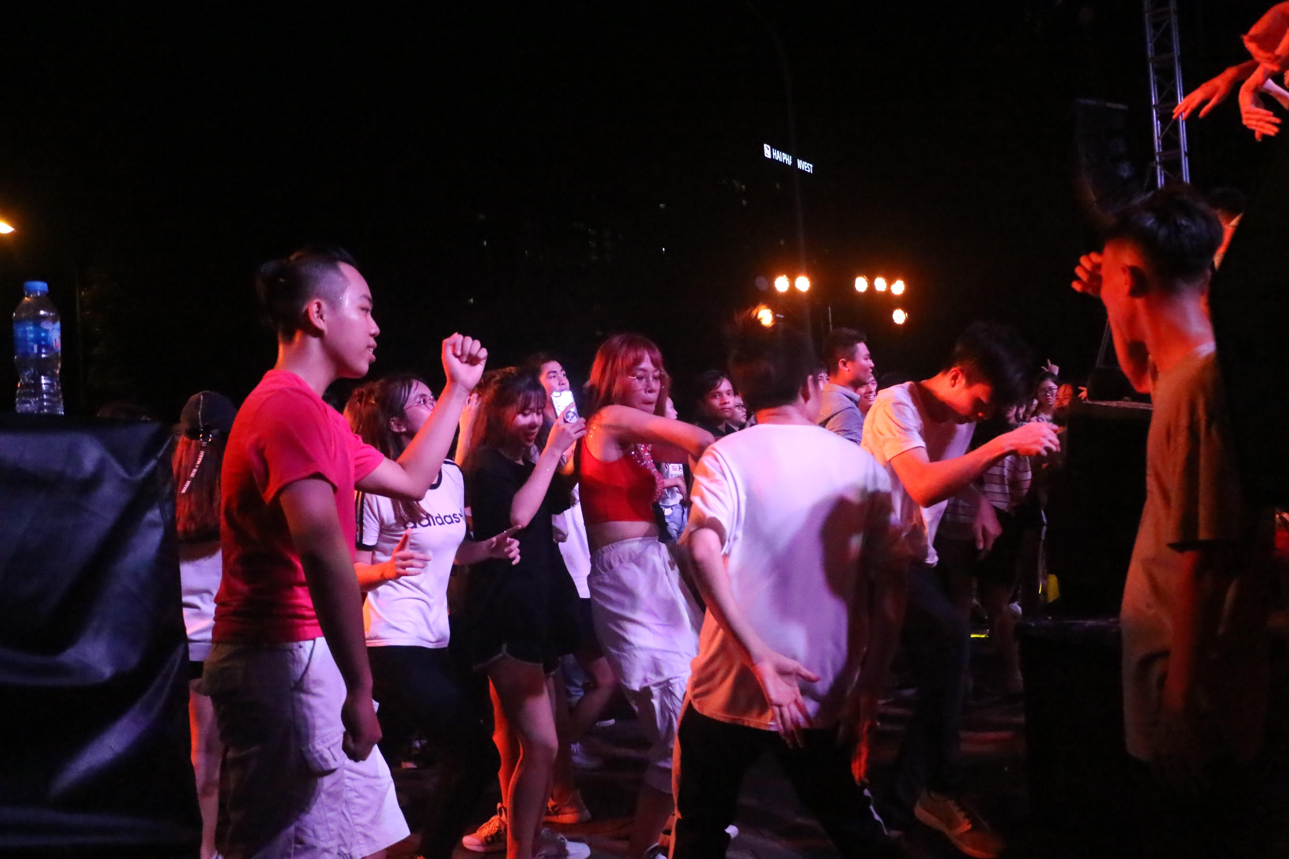 Sinh viên Đại Nam cháy hết mình trong bữa tiệc âm nhạc cùng ca sĩ Min - Ảnh 7.