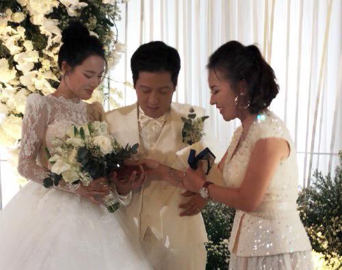 Nữ doanh nhân bí ẩn xuất hiện tại đám cưới Trường Giang - Nhã Phương - Ảnh 2.
