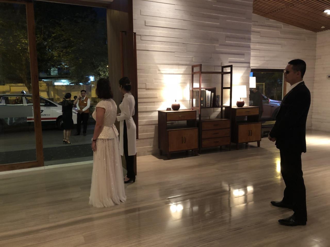 Nữ doanh nhân bí ẩn xuất hiện tại đám cưới Trường Giang - Nhã Phương - Ảnh 4.
