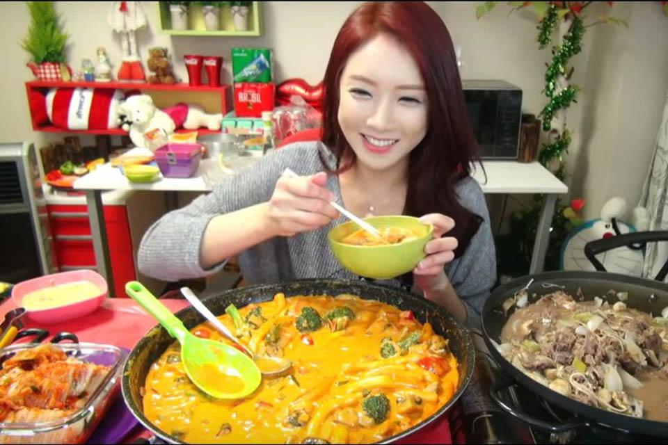 Trào lưu mukbang quay trở lại, Hariwon mém ăn sập bàn - Ảnh 1.