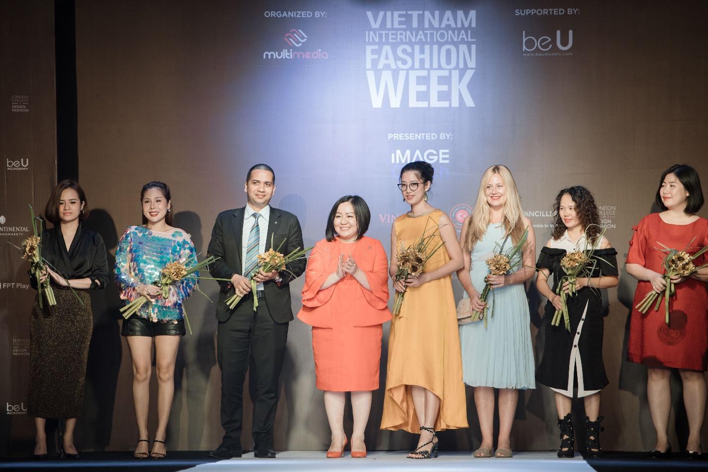 Ekip của chuyên gia trang điểm nổi tiếng Tina Lê tiếp tục đồng hành cùng VIFW Thu – Đông 2018 - Ảnh 7.