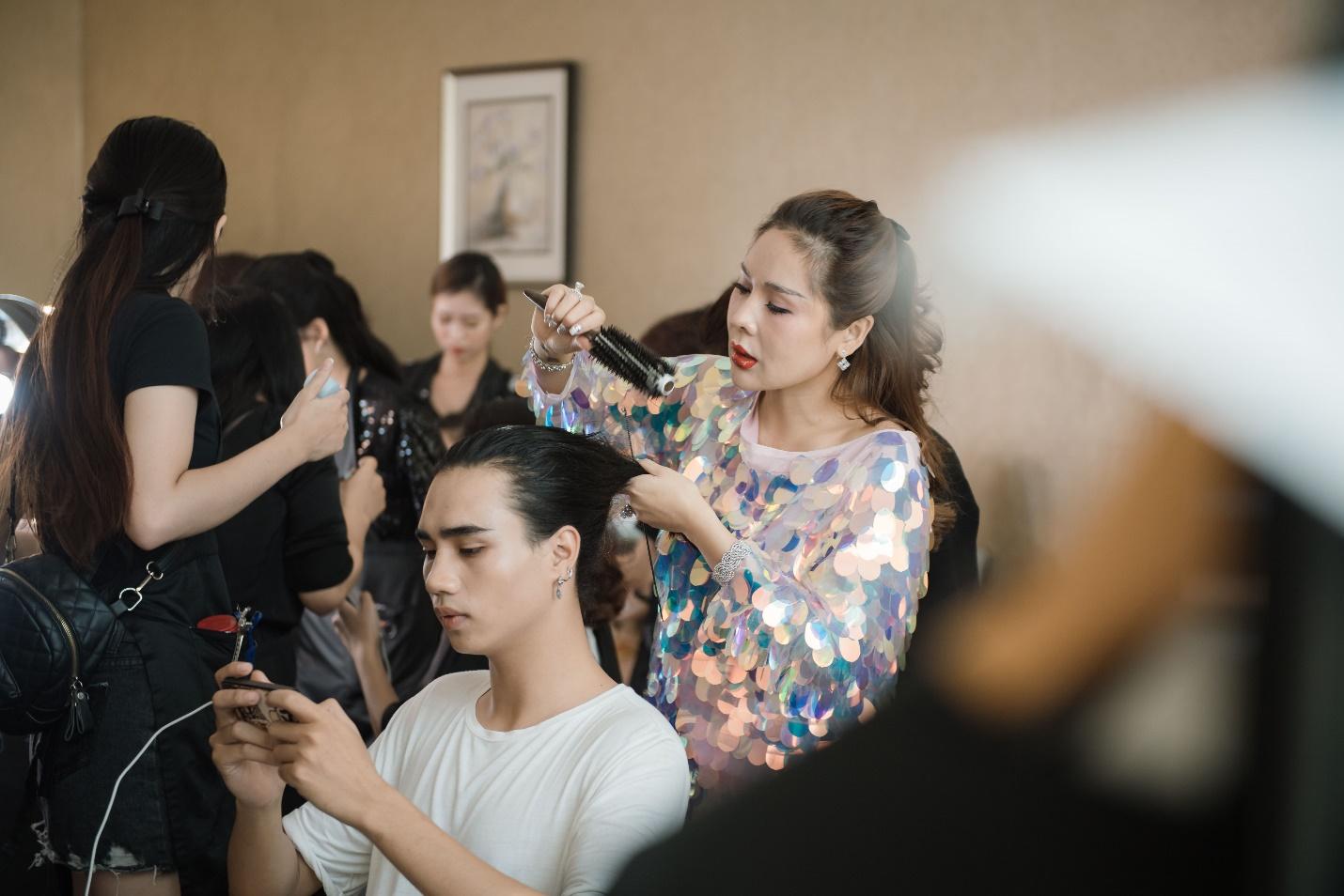 Ekip của chuyên gia trang điểm nổi tiếng Tina Lê tiếp tục đồng hành cùng VIFW Thu – Đông 2018 - Ảnh 10.