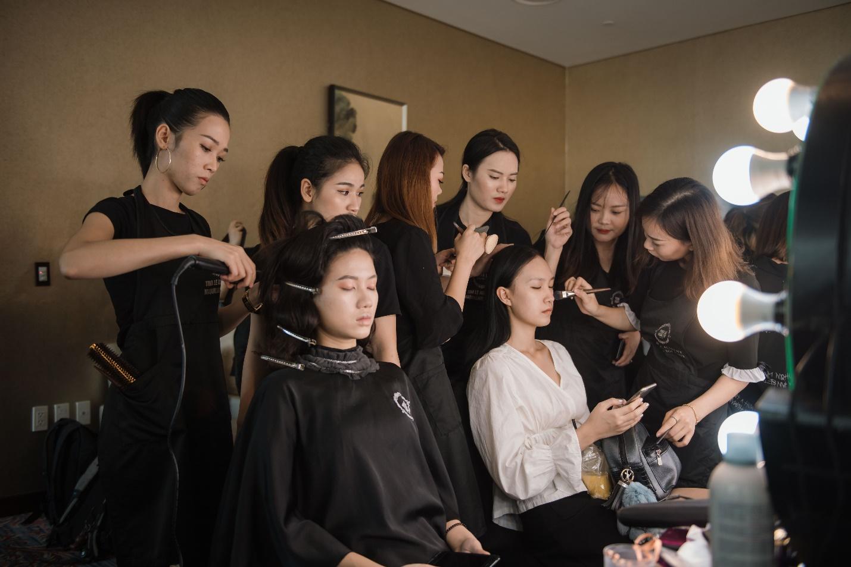 Ekip của chuyên gia trang điểm nổi tiếng Tina Lê tiếp tục đồng hành cùng VIFW Thu – Đông 2018 - Ảnh 11.