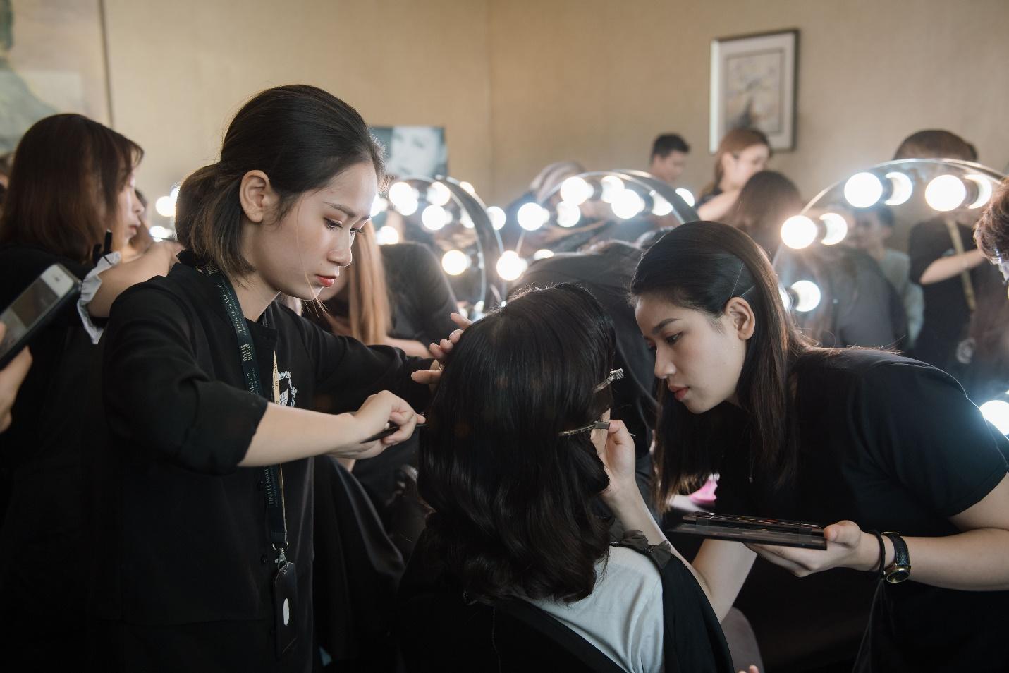 Ekip của chuyên gia trang điểm nổi tiếng Tina Lê tiếp tục đồng hành cùng VIFW Thu – Đông 2018 - Ảnh 12.