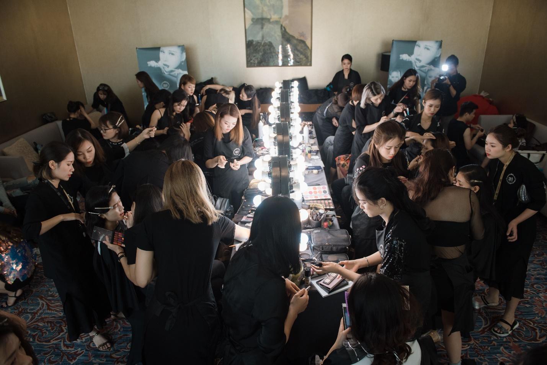 Ekip của chuyên gia trang điểm nổi tiếng Tina Lê tiếp tục đồng hành cùng VIFW Thu – Đông 2018 - Ảnh 13.