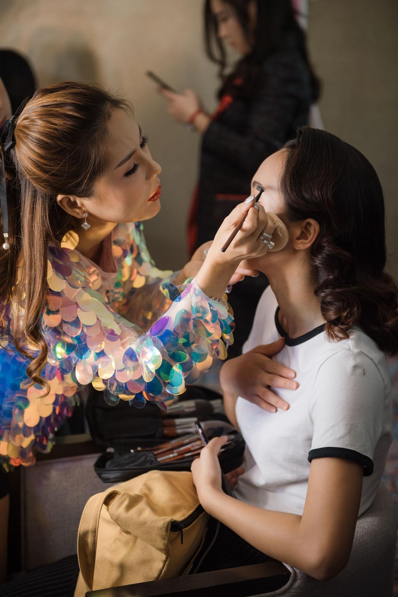 Ekip của chuyên gia trang điểm nổi tiếng Tina Lê tiếp tục đồng hành cùng VIFW Thu – Đông 2018 - Ảnh 15.