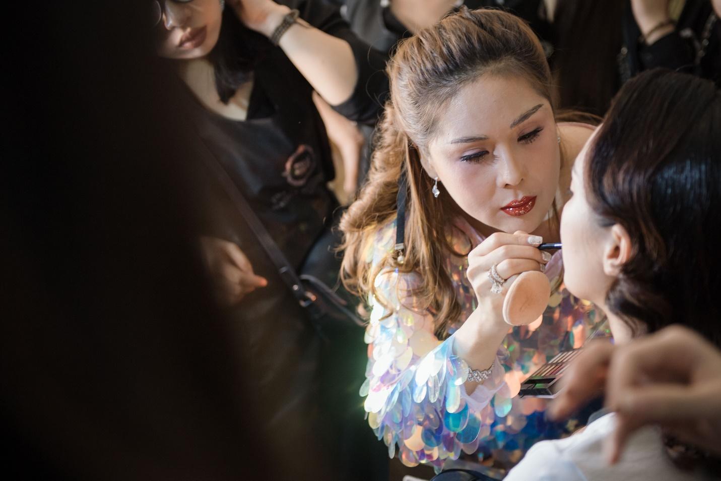 Ekip của chuyên gia trang điểm nổi tiếng Tina Lê tiếp tục đồng hành cùng VIFW Thu – Đông 2018 - Ảnh 16.