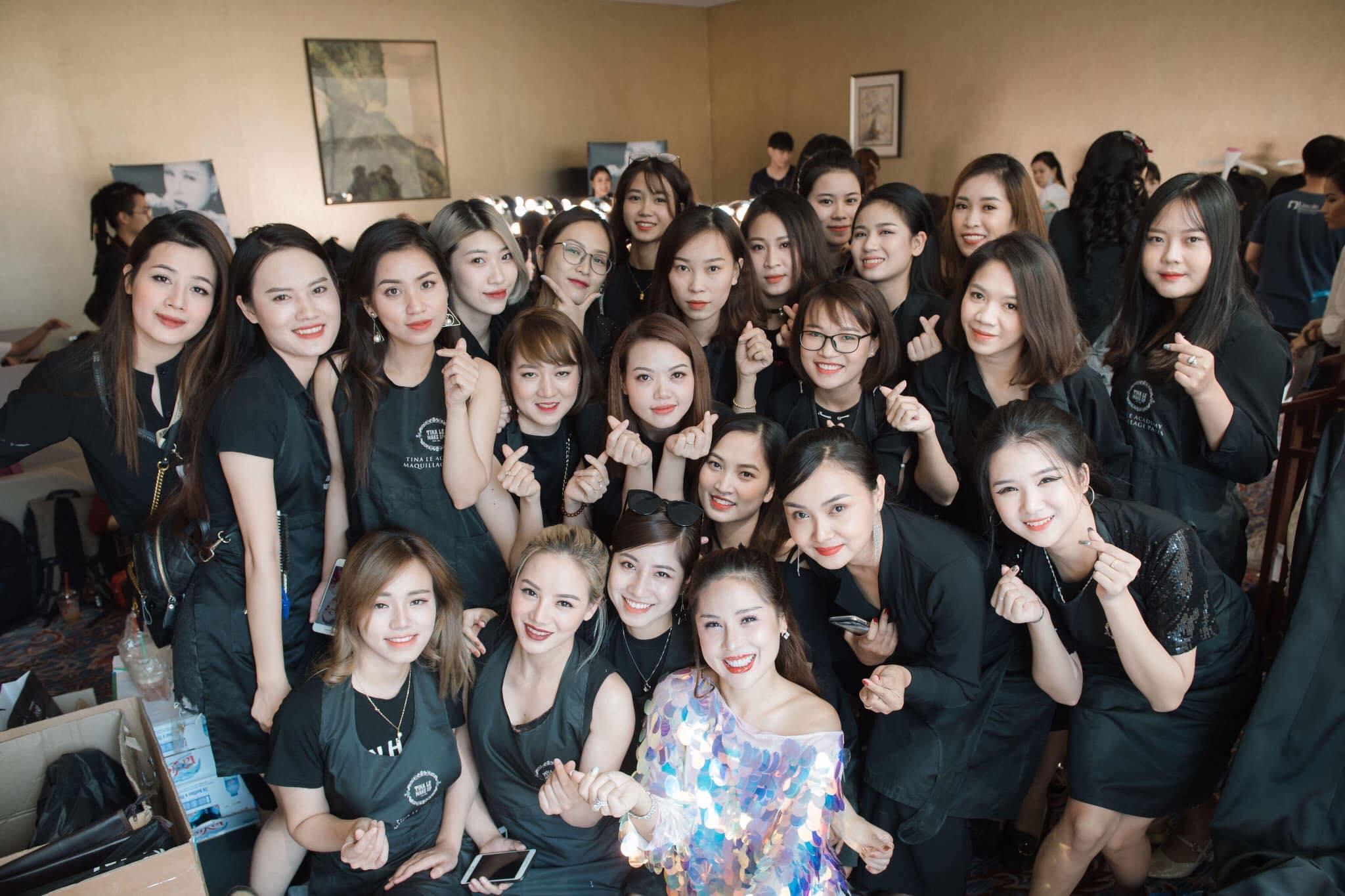 Ekip của chuyên gia trang điểm nổi tiếng Tina Lê tiếp tục đồng hành cùng VIFW Thu – Đông 2018 - Ảnh 17.