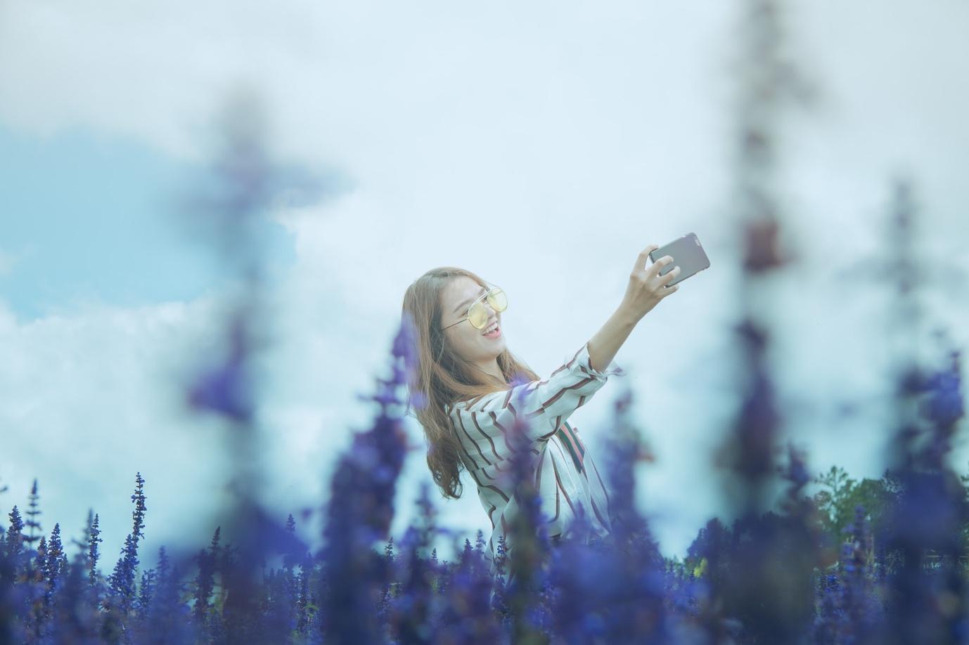Smartphone ngày càng mỏng và trở thành món trang sức của phái đẹp - Ảnh 1.