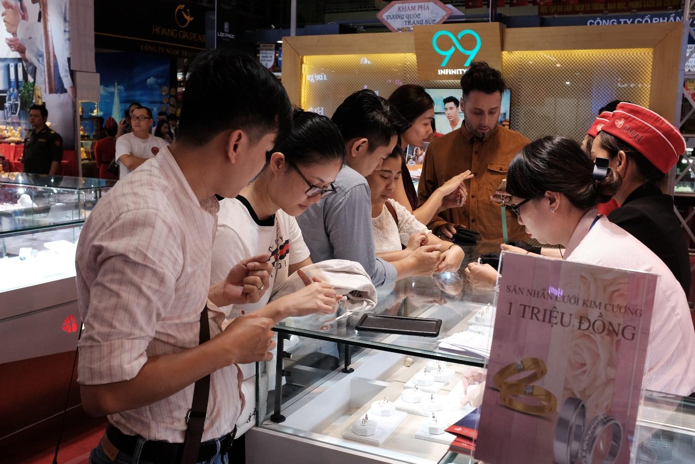 Cực nóng tại Thành phố HCM: Nhẫn cưới kim cương 1 triệu đồng - Ảnh 3.