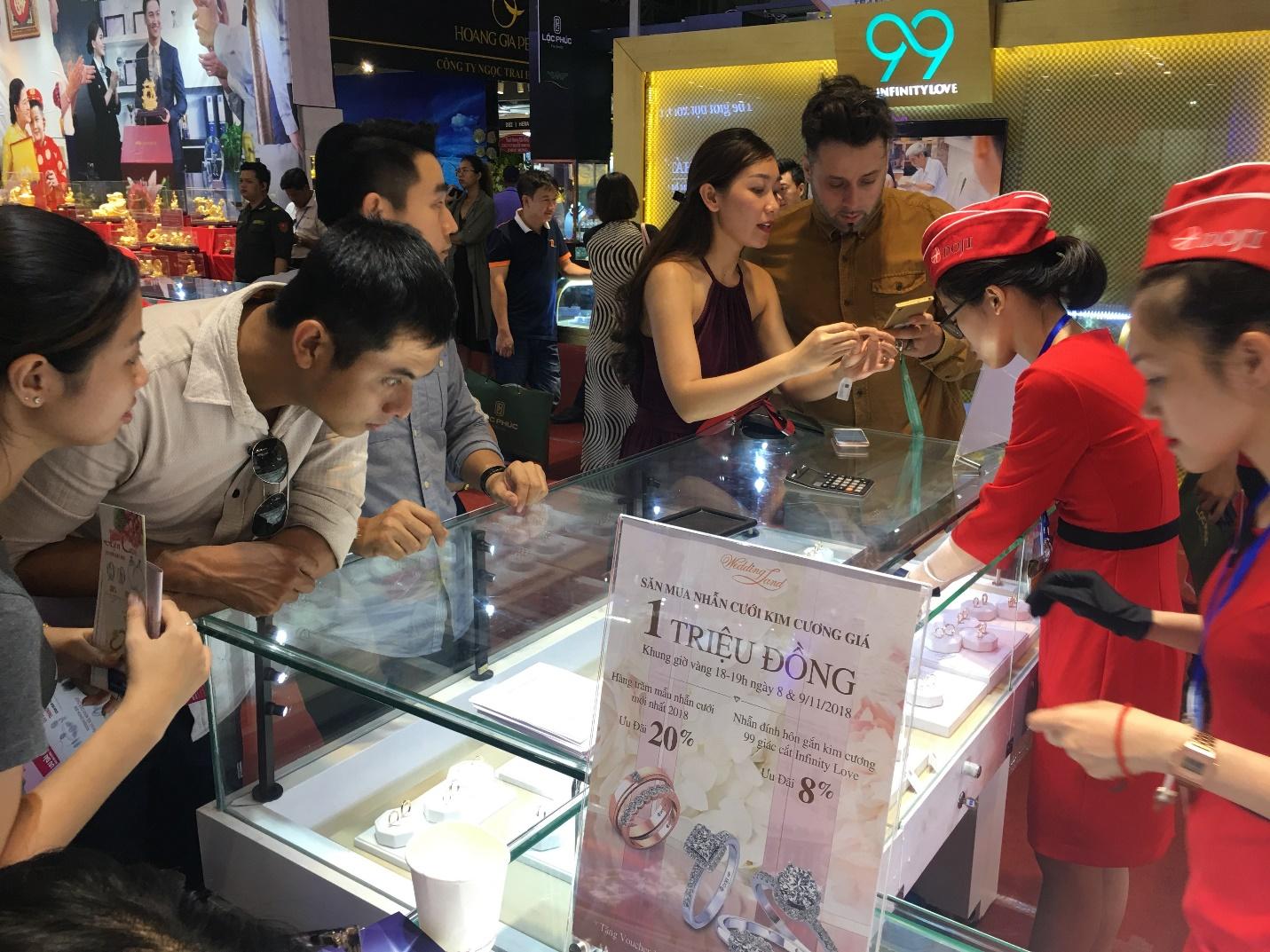 Cực nóng tại Thành phố HCM: Nhẫn cưới kim cương 1 triệu đồng - Ảnh 6.
