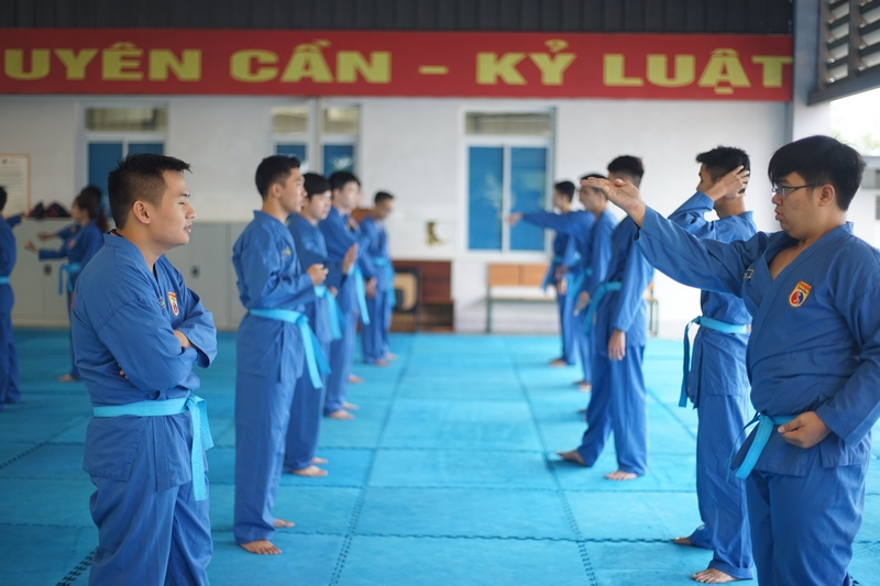 Đi quyền, bay người, kẹp cổ đến đồng diễn võ thuật, 7000 anh em FPT Edu cũng làm ngon ơ - Ảnh 2.