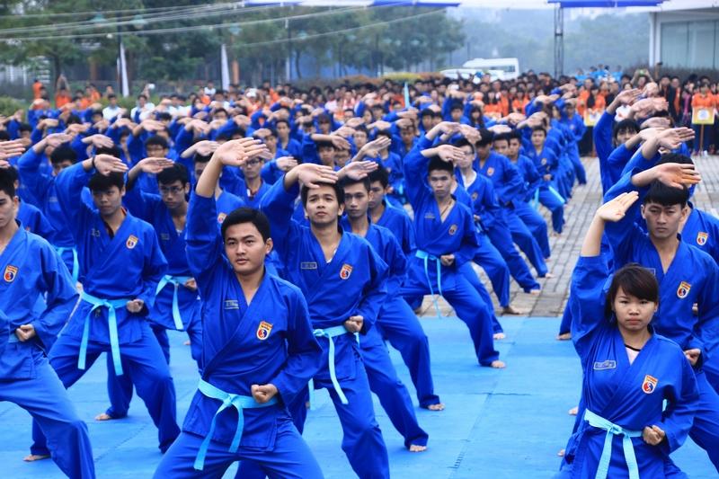 Đi quyền, bay người, kẹp cổ đến đồng diễn võ thuật, 7000 anh em FPT Edu cũng làm ngon ơ - Ảnh 10.
