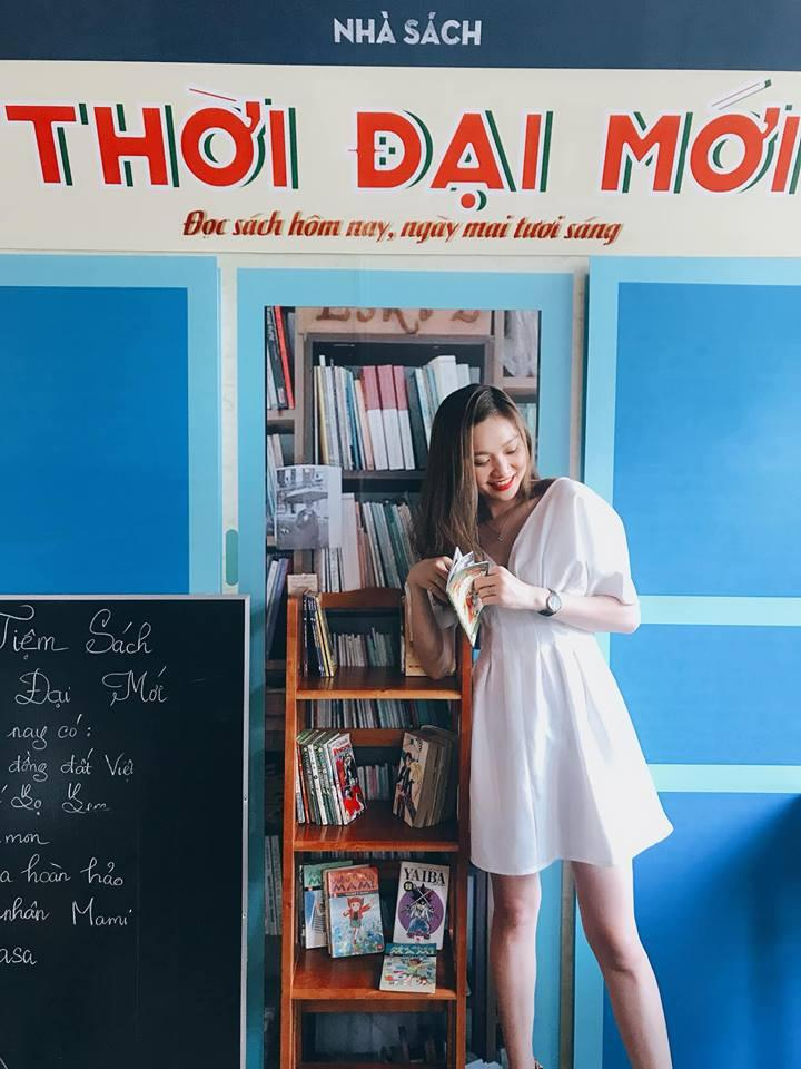 Quán cafe nổi bật với background là bức tường retro sắc màu, tiệm ảnh màu Ánh Dương và hiệu sách Thời Đại Mới…