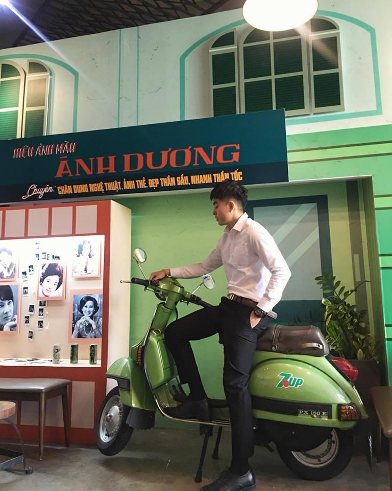 """Bạn Đức Nguyễn thích thú nhất với chiếc Vespa xanh lá: """"Chắc cũng hơn chục năm rồi không còn thấy hình ảnh những cửa hiệu như thế này ở Sài Gòn nữa, giờ được bắt gặp lại trong không gian này mình vừa bồi hồi vừa xúc động!""""."""