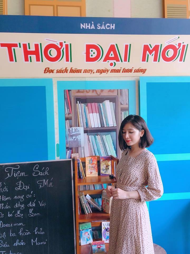 Cũng là một fan bự của vintage style, Thiên Ân đã diện hẳn một chiếc đầm vintage đến con hẻm nhỏ Sài Gòn mang tên Bảy Ấp để được tìm lại vài góc xưa cũ.