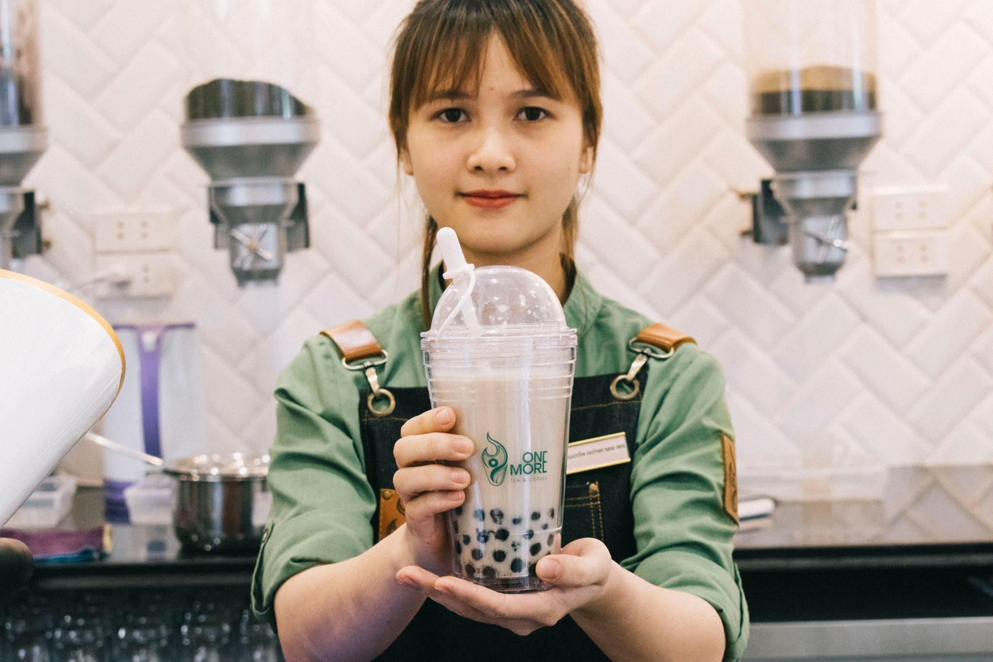 Giới trẻ Sài thành háo hức trải nghiệm trào lưu uống trà sữa One More Tea kiểu bartender - Ảnh 2.