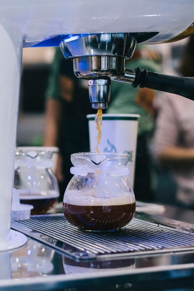 Giới trẻ Sài thành háo hức trải nghiệm trào lưu uống trà sữa One More Tea kiểu bartender - Ảnh 3.