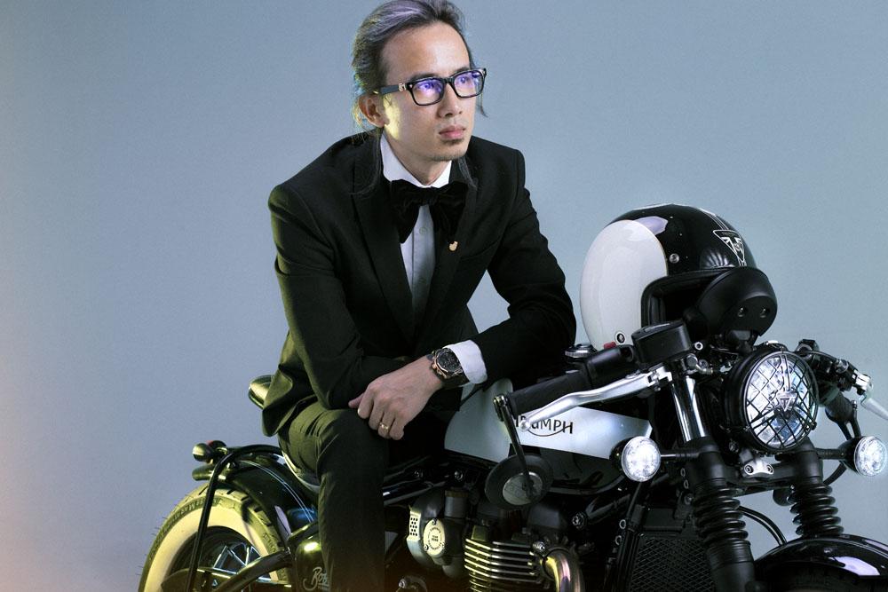 Cố vấn Tạ Quang Huy thay đổi hình tượng chất chơi bên siêu môtô - Ảnh 1.