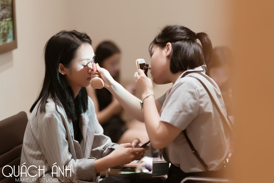 """Quách Ánh make-up: Người rắc """"bụi phép"""" vào các fashion show Việt - Ảnh 4."""