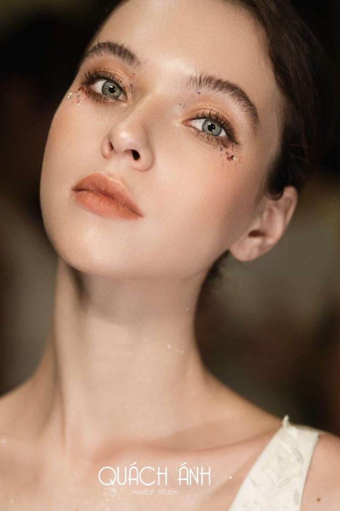 """Quách Ánh make-up: Người rắc """"bụi phép"""" vào các fashion show Việt - Ảnh 8."""